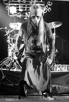 Slik ser Kenneth Aksnes ut når han spiller i Dust N Bones. Coverbandet skal spille på Rock The Boat-festivalen mellom Oslo og Fredrikshavn i slutten av april med Steven Adler bak trommene! Foto: Promo.