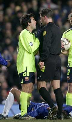 Terje Hauge i diskusjon med Barcelonas Deco. (Foto: AP/Scanpix)