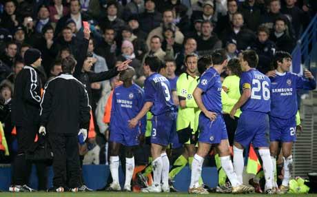 Terje Hauge gir Chelseas Asier Del Horno rødt kort. (Foto: AP/Scanpix)