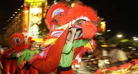 Dragedans hører med i vietnamesisk nyttår som i kinesisk, og er ment å bringe hell, lykke og et langt liv. Dansen skal også kunne drive bort onde ånder, og trekkes ofte inn i forbindelse med innvielsesfester, åpninger og lignende. Foto: Scanpix