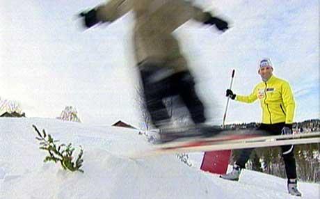 Onkel Kristen er tilskodar når niesa Guro hoppar i bakkane på garden. (Foto: Thomas Ystrøm/NRK)