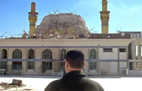 En irakisk mann ser på ødeleggelsene i Samarra. (Foto: AFP/Scanpix)
