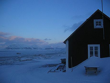 Utsikt fra stranda nedenfor Longyearbyen. Foto Andreas Toft.