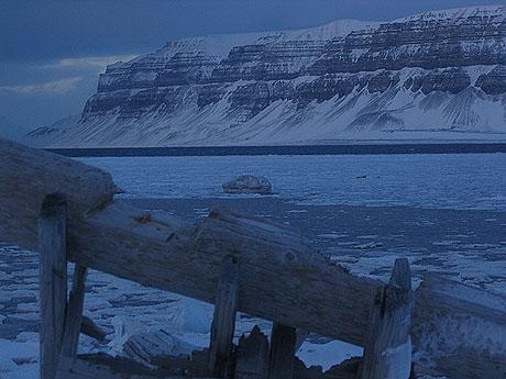 Man fasineres av landskapet i det blå lyset. Foto Andreas Toft.