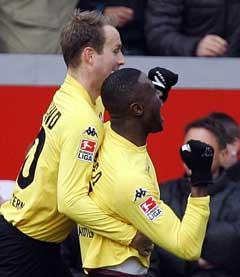 Jon Inge Høiland jubler sammen med Boubacar Sanogo etter et av Kaiserslauterns mål. (Foto: Reuters/Scanpix)