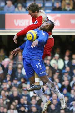 Azar Karadas raget høyeren enn Didier Drogba i en hodeduell. (Foto: AFP/Scanpix)