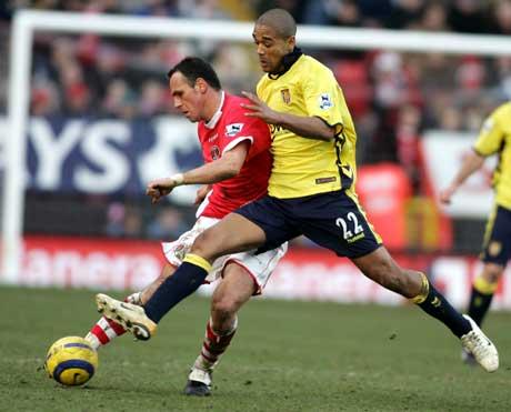 Charltons Radostin Kishishev (t.v.) i duell med Aston Villas Luke Moore. (Foto: AFP/Scanpix)
