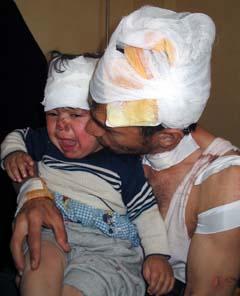 En far og hans sønn var to av bombeofrene i Kerbala i dag. (Foto: A. Al-Marjani, AP)