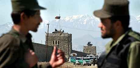 KABUL: Afghansk politi utenfor fengselet i dag. Foto: Musadeq Sadeq, AP