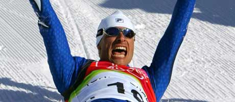 Giorgio di Centa jubler over femmilsseieren i OL (Foto: AFP / SCANPIX)
