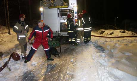 Det var bratt terreng og speilblankt på veien, og verken brannvesen eller ambulanser kunne kjøre frem til brannstedet. Foto: Rainer Prang, NRK