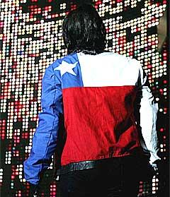 Bonos jakke var inspirert av det chilenske flagget under konserten i Santiago 26. februar. Foto: Scanpix.