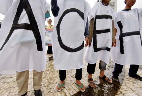Aceh-demonstranter demonstrerer i Indonesias hovedstad Jakarta med krav om gjennomføring av fredsavtalen nå. (Foto: J.Samad, AFP)