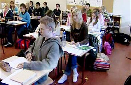 Ravnanger Ungdomsskole på Askøy har laga større klasser på grunn av økonomiske forhold.(Foto: NRK)