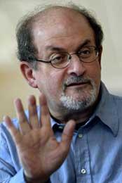 Den britisk-indiske forfatteren Salman Rushdie, som har fått smake islamistenes vrede, har holdt en lav profil i striden om Muhammed-karikaturene, men tar nå bladet fra munnen (Scanpix/AFP)