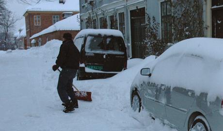 Brøytede veier og innesnødde biler i Gamlebyen i dag. Beregn god tid til jobben, og tenk nøye etter om du egentlig bør kjøre i det hele tatt, er rådet fra politiet. (Foto: Rune Fredriksen/NRK Østfold)