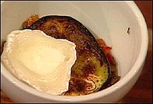 Legg aubergine, grønnsakblanding og ost lagvis i formen. (Foto: Nrk)