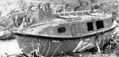 Her livbåten der nokre av dei overlevande var. Båten blei skylt i land på eit svaberg i Aurihopen 3-4 kilometer nord for ulukkesstsden. (Arkivfoto: NTB korr / SCANPIX)
