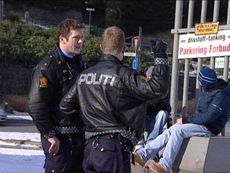 Store politistyrker gjennomsøker nå området rundt Slåtthaug i Fana. Foto: NRK