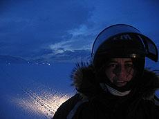 På tur, med lysene fra Longyearbyen i bakgrunnen. Foto Andreas Toft.