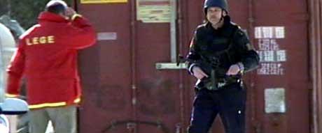 Væpna politi har sperra av eit stort område. (Foto: NRK)