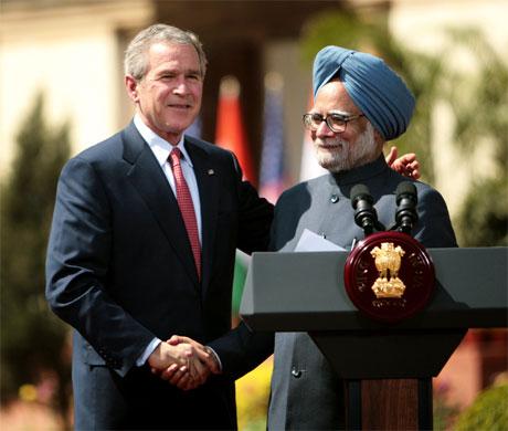 Et historisk håndtrykk mellom George W. Bush og Indias statsminister Manmohan Singh i New Delhi 2. mars. (Foto: Reuters/Scanpix)