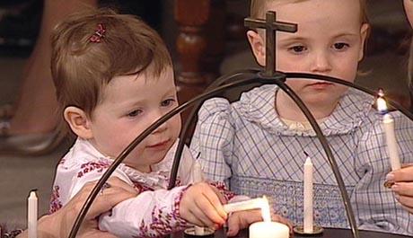 Med litt hjelp tente Maud Angelica og prinsesse Ingrid Alexandra lys under dåpen. (Foto: NRK)