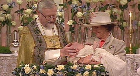 Farmor dronning Sonja bar prins Sverre Magnus til dåpen. (Foto: NRK)
