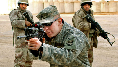 Ein amerikansk soldat unde ropplæring av irakiske soldatar i nærleiken av Bagdad. (Foto: AFP/Scanpix)