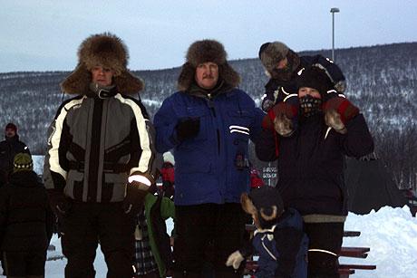 GODT INNPAKKET OPPMØTE: Et trettitalls kuldegrader på Tana bru hindret ikke kuldevante tanaværinger i å møte kjørerne.