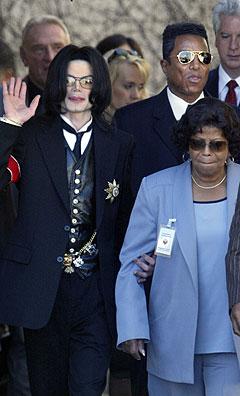 Under rettssaken mot Michael Jackson stod broren Jermaine (bak t. v.) trofast ved sin brors side. Nå skal det komme en bok der han forteller en annen historie. Foto: Damian Dovarganes, AP Photo / Scanpix.