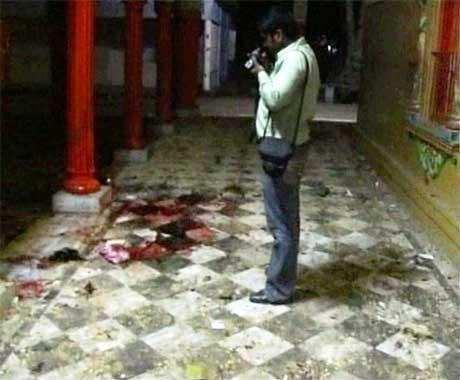 Ein fotograf i arbeid inne i tempelet etter eksplosjonen. (Foto: RTV/Scanpix)