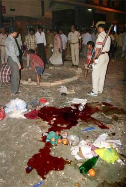 Det var tydelege spor etter bombeeksplosjonen i hindu-tempelet i Varanasi. (Foto: AP/Scanpix)