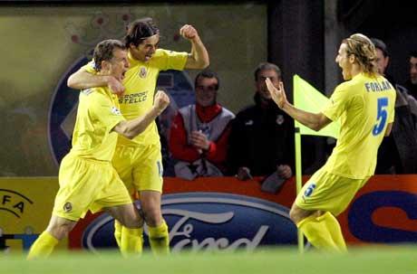 Målscorer Rodolfo Arruabarrena (t.v.) jubler sammen med Alessio Tacchinardi og Diego Forlan etter scoringen. (Foto: Reuters/Scanpix)