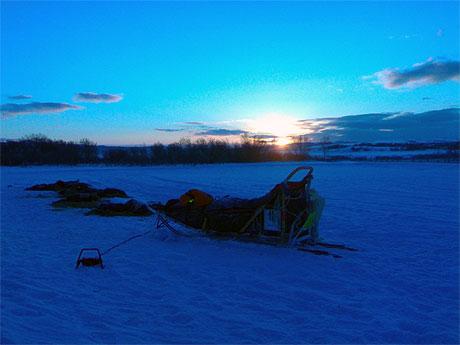 BLÅ TIME I VARANGERBOTN: Etter snøværet tirsdag kom onsdag morgen med flott solskinn. Foto: Jenny Duesund