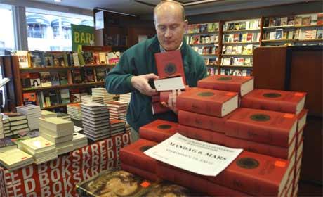 Bokhandelansvarlig Jan Beyer i ARK Beyer i Bergen stabler bøker til Mammut-salget. (Foto: Marit Hommedal/Scanpix)