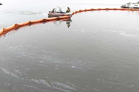 Brannvesenet, Havnevesenet og politiet jobber på spreng med å fange opp olja, og å finne kilden til utslippet. (Foto: Tobias Sakrisvold Martinsen/NRK)