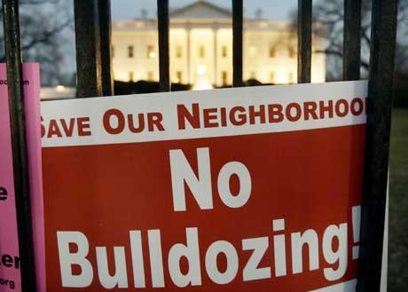 Denne plakaten som i forrige måned ble plassert på gjerdet til Det hvite hus, sier noe om hva de orkan-rammede frykter (Scanpix/Reuters)