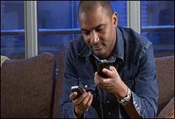 Winston Johnston prøver ut telekort for FBI. Foto: NRK/FBI