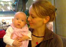 Alenemor Vivian Hermansen med lille Victoria. (Foto: Kjetil Lillesæter/NRK)