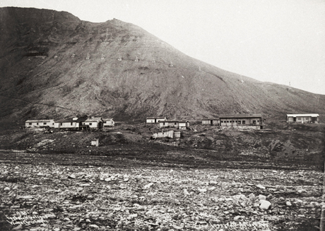 Slik så Longyearbyen ut i 1908, to år etter at de første brakkene ble satt opp. (Foto: Store Norske Arkiv/Scanpix)