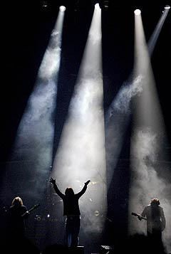 42 prosent av de 178 svenske festivalene og konsertene som ble målt hadde lydnivåer over det anbefalte. Blant dem var Black Sabbath (bildet) da de spilte i Globen i fjor. Foto: AP.