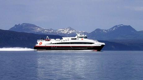 Hurtigbåt med den nye logoen (Foto: Hurtigruten)