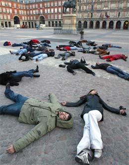 Kunststudenter markerte ettårsdagen for bombene på denne måten, i sentrum av Madrid i fjor. (Foto: AFP/Scanpix)
