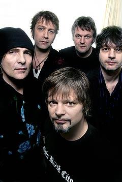 DumDum Boys gir nå ut sitt første studioalbum på åtte år. Bandet er: Prepple Houmb, vokal, foran, deretter fra venstre: Gitarist Kjartan Kristiansen, bassist Aslak Dørum, trommeslager Sola Jonsen og Atle Karlsen, keyboards. Foto: Berit Roald, Scanpix.