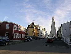 Arkitekturen i Reykjavik er variert og spennende. Her kneiser Hallgrimskirken i bakgrunnen. Foto Kari Toft