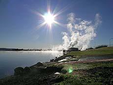 Det ryker både fra vann og jord på Island. Foto Kari Toft