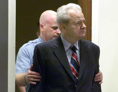 Milosevic blir ført inn i rettssalen i Haag for første gang. Foto: Scanpix/AFP.