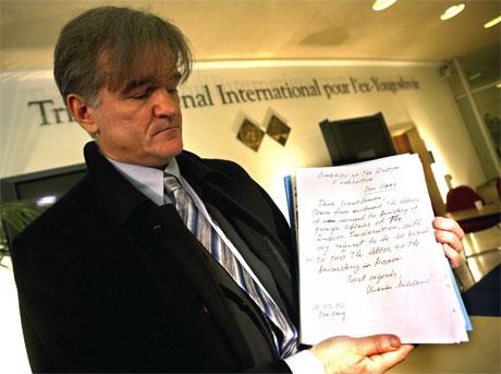 Milosevic-rådgiver Zdenko Tomanovic viser fram brevet den tidligere jugoslaviske presidenten skrev til russiske myndigheter. Foto: AP/Scanpix