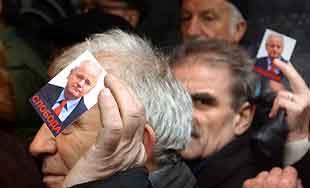 Milosevic-tilhengere samlet ved hovedkvarteret til sosialistpartiet i Beograd. Foto: Aleksa Stankovic, AFP